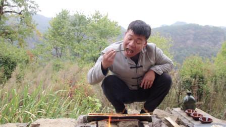 小伙用竹筒煮牛肚吃,一口一块,太馋人