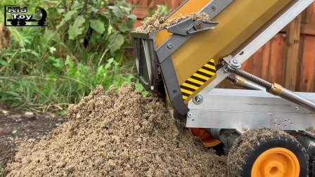 户外仿真玩具铲土车往自卸车里装沙子