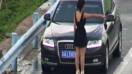 路霸女拦车要钱,怒砸车门不放行,男司机发飙了,一脚出踹的她到底不起!