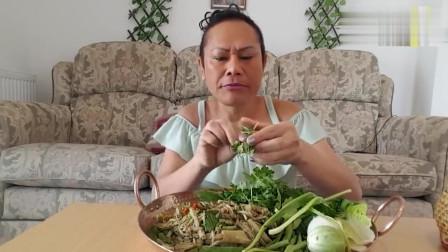 泰国个性大婶吃播,简单凉拌和生菜吃不胖