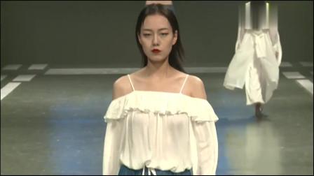 时装秀;美女穿着白纱薄衣,轻柔的步伐,性感美丽迷人