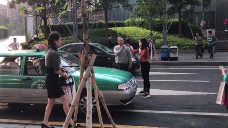 女乘客坐出租不给钱,辱骂司机怒砸汽车,老司机一下车,立马老实了!