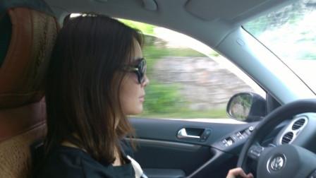 宝马女司机路口等红灯,开窗被盯上,小偷声东击西,2秒盗包,下车懵了!