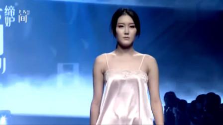 粉色吊带裙,丝滑的面料,美丽动人