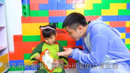 萌娃小可爱和哥哥一起分享薯片,小可爱们也要学会分享哟,萌娃:哥哥太能吃了!