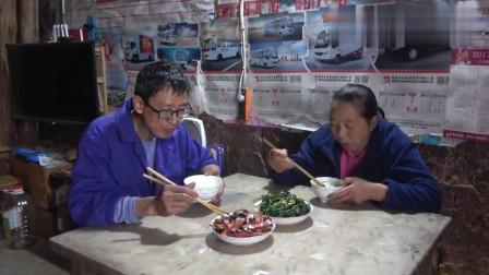 农村王四:幺叔幺妈结婚28年,一路风雨,互相搀扶,这种夫妻感情让人羡慕!