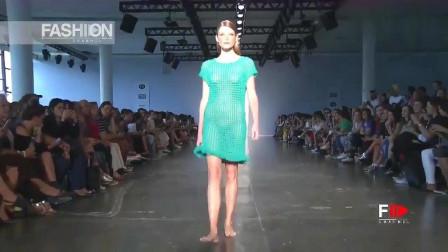 灯光的照耀下,青绿的纱衣,更加迷人耀眼!