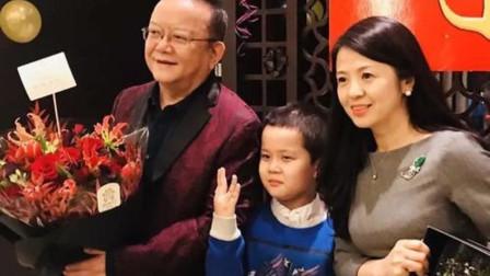 71岁王刚一家近照,三婚妻子颜值比女儿还美,小儿子和孙子一样大