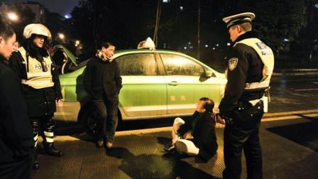 醉酒女司机坐出租车,不给钱还在车内小便,的哥赶紧报警,反遭女司机扔钱