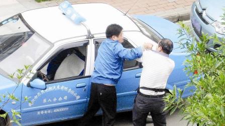 豹纹男碰瓷出租车,不给1000不让走,老司机不惯着,一脚踹倒在地!