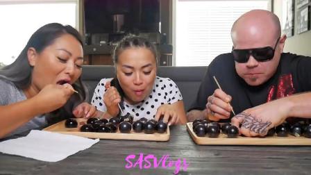 国外吃货微笑姐和妹妹,还有老公一起比赛吃葡萄果冻,吃得真过瘾