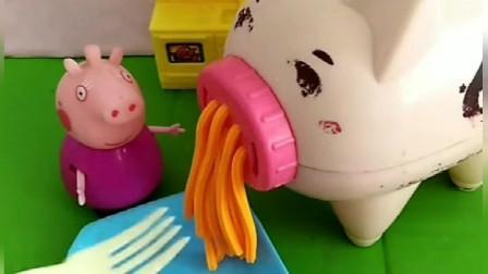 小猪佩奇一家要来猪奶奶家做客,猪奶奶准备了不同口味的面条,佩奇的面条最特别!