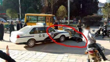 小伙碰瓷教练车,趴车底不出来,老司机下车报警,警察到场直接被拽出!