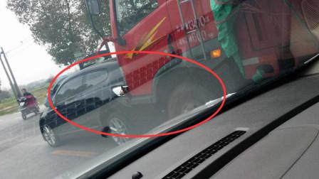 小轿车高速斗气别大货车,S型变换车道叫嚣货车,不料被老司机撞废!