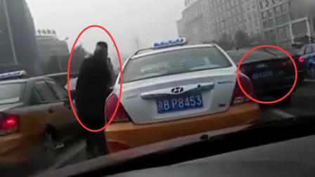 三菱小车不满出租车让道,1分钟恶意别车8次之多,结果被出租车给教训了