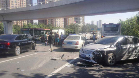 两车剐蹭互相斥责,路怒症司机开车疯狂冲撞,孩子当场断气,网友:谋杀!
