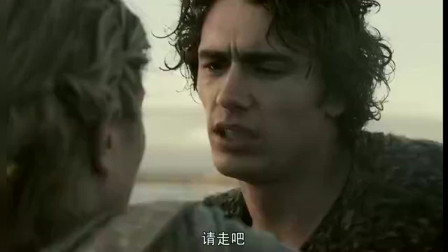 美女送小伙离开,不料海浪打过来,两人吻在了一起