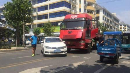 豪车仗着自己有钱,恶意别大货车,谁知货车司机暴脾气,直接撞飞出去!