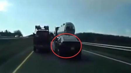 越野车高速故意占道,路怒轿车司机气不过,超车恶意别车,霸气报复!