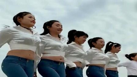 美女们在大街上跳广场舞,节奏感十足!