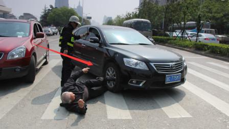 行人高速横穿车道,女司机狂按喇叭不管用,尖叫着直接撞过去!