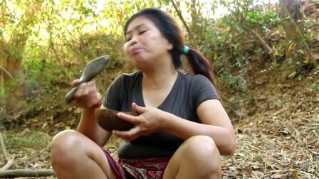 美女野外捡鸭蛋,现场直接生火煮,剥开的那一刻,口水流一地