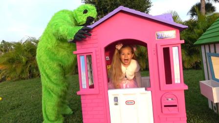 爸爸装扮成猴子陪萌娃小可爱们一起玩耍!—萌娃:它还给我们准备了有趣的小礼物呢!