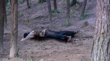 八路遭遇鬼子地雷埋伏,小伙为了掩护队友,一人冲进地雷圈开路