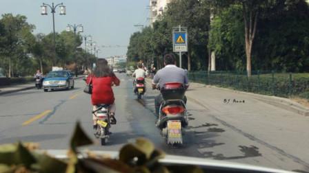 电瓶车不看路况,连变3车道,女司机鸣笛不管用,刹车不及直接撞上去!