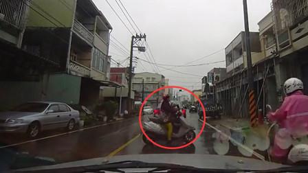 电瓶车女故意挡道打电话,老司机苦劝不停,霸气连人带车拖到一边去!