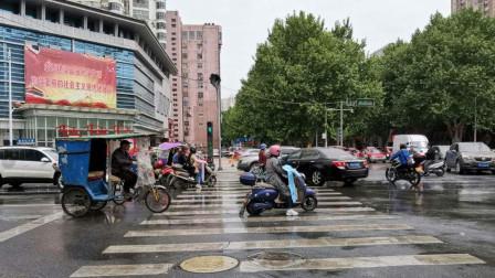 电动车十字路口闯红灯被撞,非说机动车全责,交警一句话怼的没毛病!