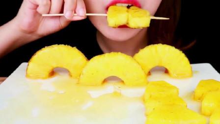 是酸甜可口的菠萝糖葫芦呀,颜值和口感都非常棒