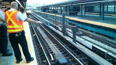 哪个缺德的把球丢进轨道,害火车不得不停下