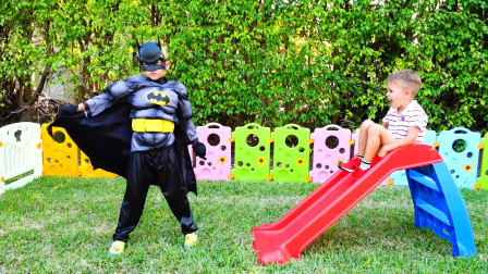 萌娃小可爱的气球飞走了,哥哥变身成为蝙蝠侠前去帮忙,小家伙们可真会玩呢!