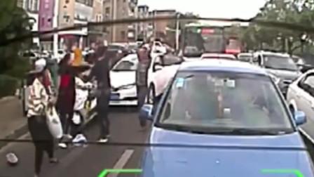 电瓶车女司机跟汽车抢道,被撞后搬石头怒砸车,逼急老司机一顿暴揍!