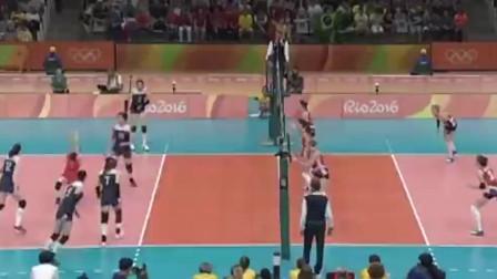张常宁发球真是一绝,捻转式发球,引得观众一片掌声!