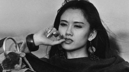 杨丽萍年轻时有多美?满脸胶原蛋白宛如仙女,难怪冯小刚都夸赞她