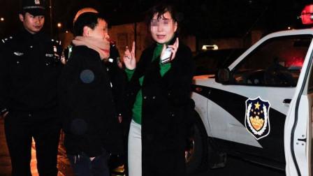 女司机醉酒驾驶被拦,两人拒不认错,当街怒打交警,两名交警不是对手!