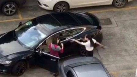 女司机开特斯拉被剐蹭,下车就干,打架不解气开车互撞,真是有钱任性啊!