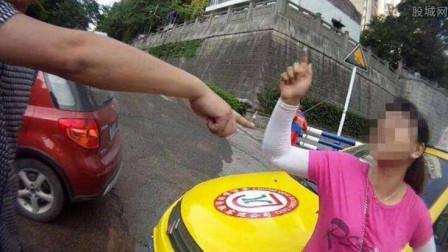 路虎女司机违停,交警劝离惹怒她,当街撒泼狂打交警,不解气直接开撞!