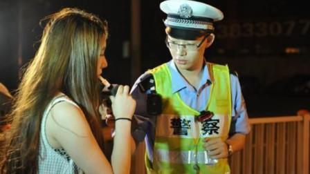 美女酒驾被查,下车竟掏出啤酒,当着交警面喝起来,叫嚣:我这是驾后喝酒