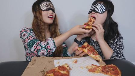 母女俩真会玩,蒙着眼吃披萨味道会更棒吗?女儿就爱喂妈妈吃