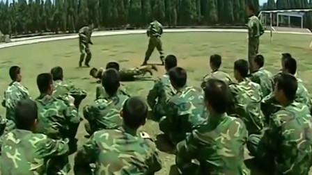 士兵突击:许三多直接把连长俘虏,嘴里还塞了个松塔,战友憋着不敢笑