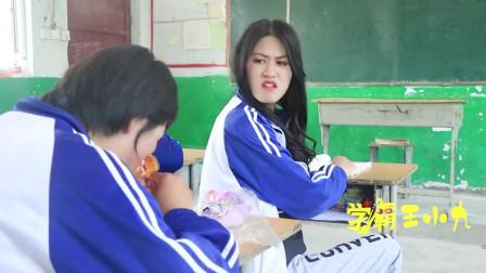 女同学吃辣条吃到嘴肿,没想被老师相中也要同款口红,太有趣了