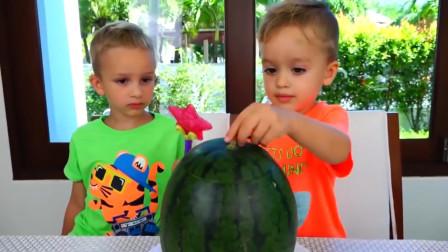 萌娃小可爱们用魔法棒把西瓜肚子里的果肉变成了美味的零食,小家伙们可真是厉害呢!