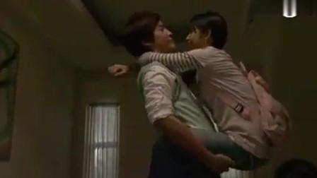 《恶作剧之吻2》袁湘琴跳到江直树的背上,这两个人真甜