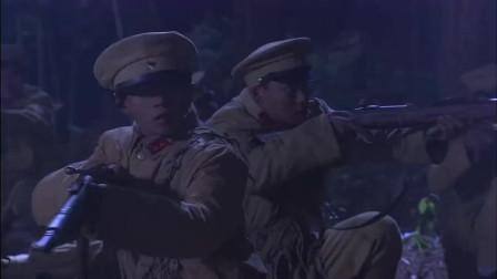 汉奸在山地行军,可牌子上却写着此处有地雷,汉奸们谁也不敢动了