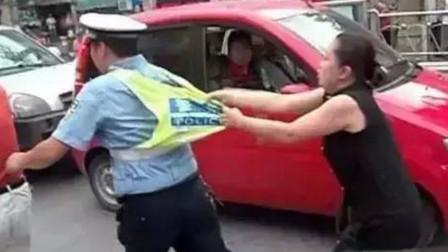 女司机酒驾撞人,交警拦停不配合怒打交警,谁知交警来个过肩摔,老实了!