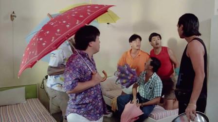 早上起床男子泼水,怎料小伙都有经验了都打伞,太搞笑了!