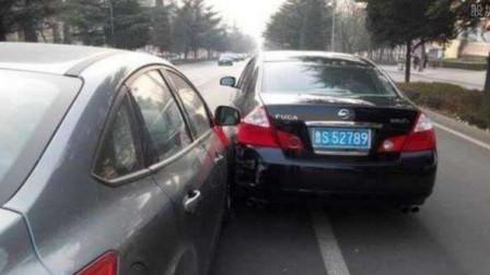 活该!小车没地硬挤,强行并线别车,谁知碰上东北大哥,直接撞他个全责!